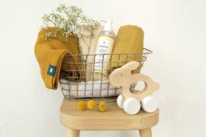 couverture, lange et jouets en bois teinte moutarde