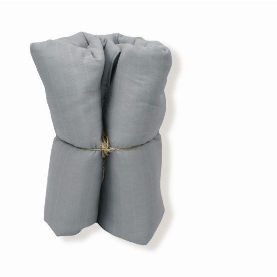 couverture grise pour trousseau de naissance de bébé