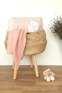 couverture et lange bébé avec jouets en bois