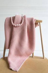 couverture rose pour bébé et collier rose pour maman