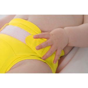 bébé qui porte une couche lavable jaune