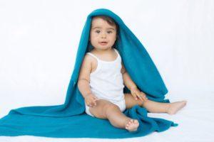 couverture en maille coton bleu canard idéal comme cadeau de naissance
