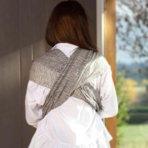 portage de bébé dans une belle écharpe en coton bio