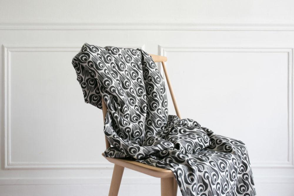 e4d2e69cdff6 écharpe noire et blanche tinge garden pour porter bébé de maniere  physiologique · nova garden collab exclusive pour nova mom
